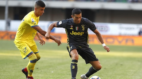Cristiano Ronaldo (à droite), de la Juventus, tente de déjouer un adversaire du Chievo Vérone.