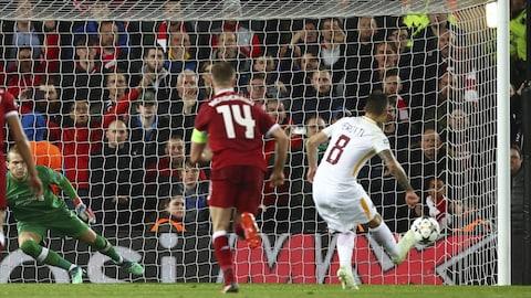 Diego Perotti (à droite), de l'AS Rome, frappe son tir de pénalité contre le gardien de Liverpool, Loris Karius (à gauche).