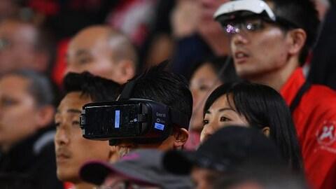 Des spectateurs goûtent à la réalité virtuelle durant un match de soccer de la Premier League anglaise entre Southampton et Brighton.