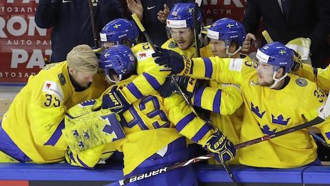 Mika Zibanejad de la Suède célèbre son but avec ses coéquipiers.