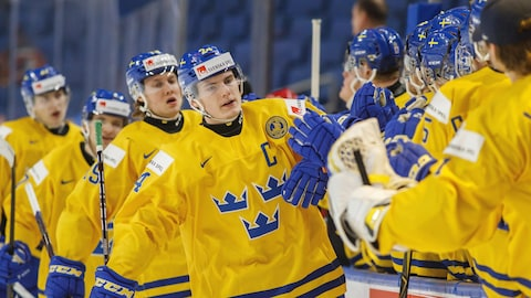 Lias Andersson est félicité par ses coéquipiers de la Suède au Championnat du monde junior de hockey.