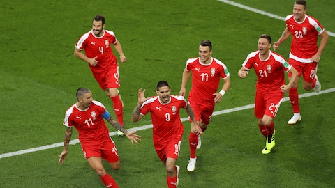 Aleksandar Mitrovic et ses coéquipiers célèbrent le premier but compté contre la Suisse