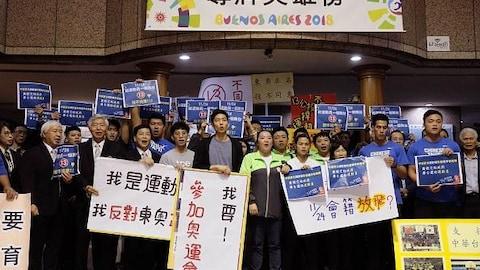Le groupe tient des affiches.