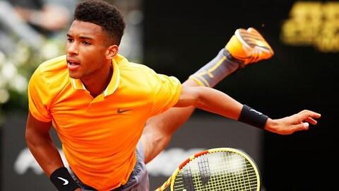 Félix Auger-Aliassime a pu compter sur son service pour franchir le deuxième tour du tournoi de Lyon en France