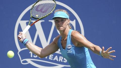 La Néerlandaise Kiki Bertens renvoie la balle vers la Tchèque Petra Kvitova en demi-finale du tournoi de Cincinnati.