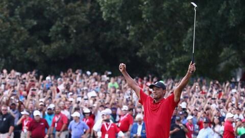 Tiger Woods célèbre sa victoire au Championnat du circuit de la PGA.