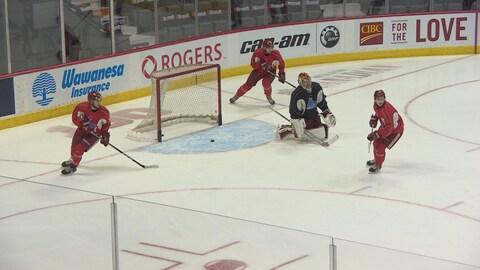 Joueurs de hockey et gardien de but à l'entraînement au centre Brandt à Regina