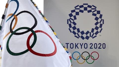 Le drapeau olympique flotte à Tokyo
