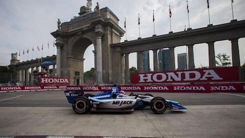 Takuma Sato passe devant Princes' Gate pendant une séance d'essais à l'Indy de Toronto.