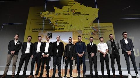 Des cyclistes font la pose devant le parcours du Tour de France 2018.