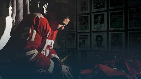 Tristan Alexander Sgrosso se concentre, assis dans le vestiaire de son équipe de hockey.