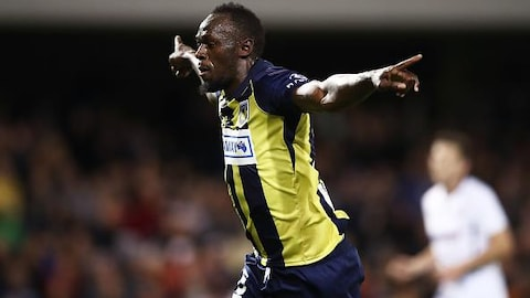 Usain Bolt célèbre l'un de ses deux buts inscrits en match préparatoire au stade de Campbelltown.