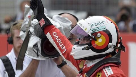 Sebastian Vettel salue la foule après avoir signé le meilleur temps des qualifications au Grand Prix d'Allemagne.