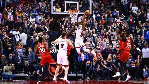Wayne Ellington, du Heat de Miami, saute au panier et inscrit le panier gagnant contre les Raptors.