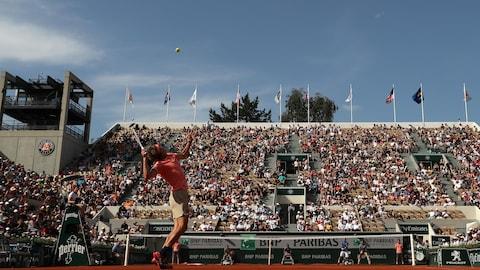 L'Allemand Alexander Zverev s'apprête à servir à Roland-Garros.
