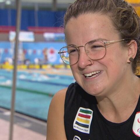 Camille Bérubé affiche un grand sourire lors d'une entrevue aux abords de la piscine du Centre sportif Kinsmen d'Edmonton.