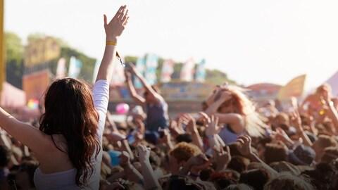 Une foule dans un festival de musique