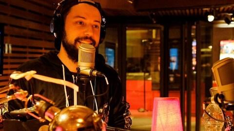 Fred Bastien parle au micro de L'effet Pogonat