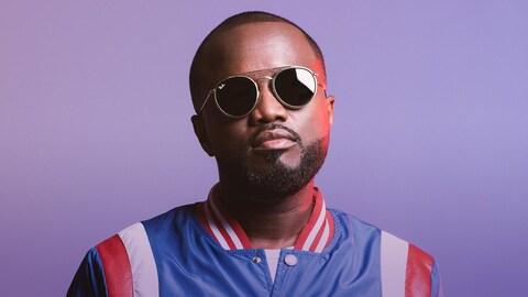Le chanteur Fwonte, portant des lunettes fumées