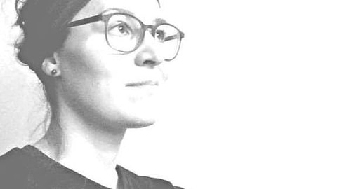 Geneviève regarde vers le ciel et la photo est en noir et blanc.