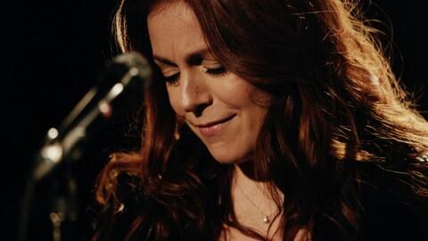 Isabelle Boulay interprète la pièce Toi moi nous dans les studios de Radio-Canada.