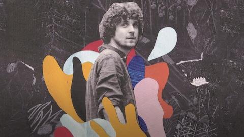 L'artiste entouré d'éclaboussures de couleurs au goût des 1970.