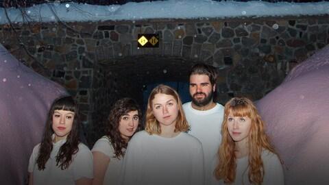 Les cinq membres de la formation Les Poules à Colin, tous vêtus de blanc, à l'extérieur, en hiver. Photo promo pour leur album Morose (2017).