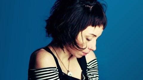 Maud Evelyne pour Le parking aux oiseaux, son premier microalbum (2018).
