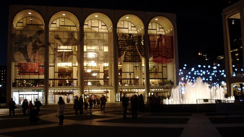 Façade du Metropolitan Opera à New York, de nuit.