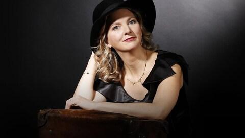 Photo de la violoncelliste Ophélie Gaillard tirée du livret de l'album Exiles.