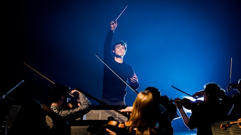 Le jeune maestro en plein direction de son orchestre au studio 12 de Radio-Canada.