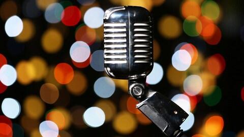 Un micro rétro est photographié devant un arbre de Noël.