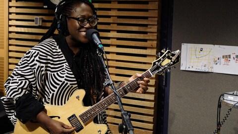 Mélissa Laveaux chante à l'émission Tellement Courteau au studio 85 de Radio-Canada.