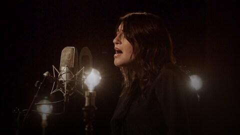 Elisapie interprète Douce nuit, sainte nuit en inuktitut au studio 12.