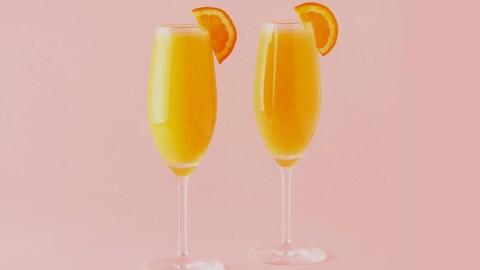 Deux verres de mimosa coiffés d'une tranche d'orange