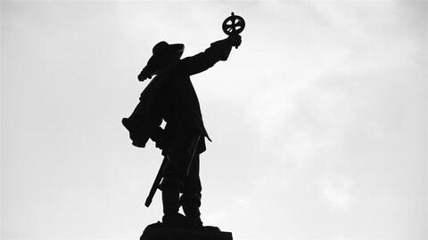 La statue de Samuel de Champlain à Ottawa, à contre-jour