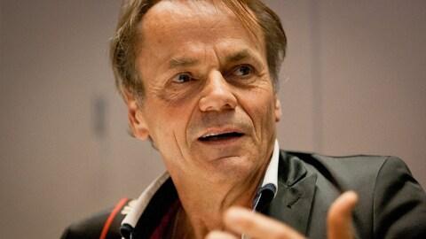 Jacques Nadeau lors du vernissage de l'exposition  Carré rouge