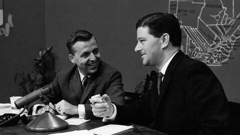 Le journaliste Wilfrid Lemoine s'entretient avec Paul Gérin-Lajoie, candidat libéral élu, en 1960.