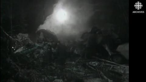 Image en noir et blanc de la carcasse de l'avion d'Air Ontario qui s'est écrasé le 10 mars 1989 pres de Dryden.
