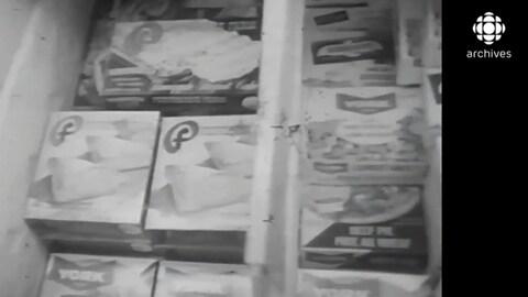 Des boîtes de repas préparés congelés sont remisés dans des congélateurs.