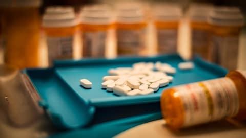 Médicaments sur l'étalage d'un pharmacien.