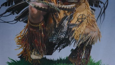 Représentation sur toile de pieds dans des habits traditionnels autochtones.