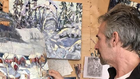 L'artiste-peintre Halin de Repentigny devant son tableau.