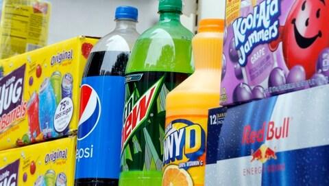 Différentes marques de boissons sucrées sont alignées.