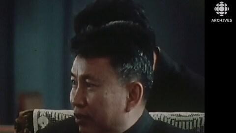 Pol Pot assis accorde une entrevue.