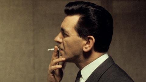 Image de profil en couleurs de Camille Laurin fumant une cigarette.