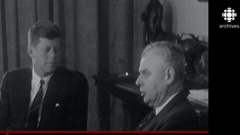 John F. Kennedy est assis avec le premier ministre canadien John Diefenbaker lors de la visite officielle du président américain au Canada en mai 1961.