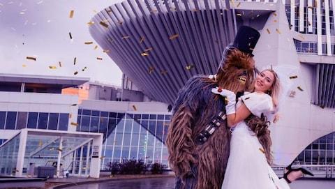 Chewbacca et une dame en robe blanche se marient au casino