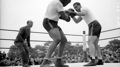 En 1944, le boxeur américain Joe Louis (1914-1981) se bat sur un ring à Londres.