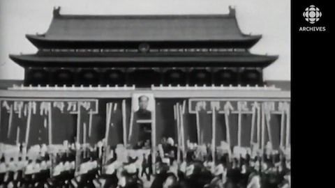 Défilé devant la Cité interdite de Pékin. Le portrait de Mao Tsé-Toung est accroché à la façade de l'entrée de la Cité interdite.